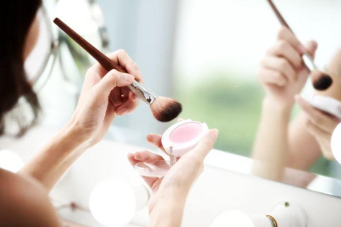 Cómo quitar las manchas de maquillaje líquido en ropa blanca
